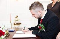 Ehegatte unterschreibt den Vertrag